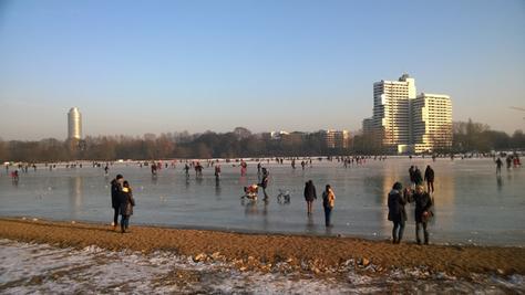 Trotz Warnung der Polizei waren am Sonntagnachmittag zahlreiche Nürnberger auf dem Wöhrder See - Vorsicht: Das Eis kann aufgrund der Strömung brechen, zudem wird es in den kommenden Tagen wärmer und das Eis damit dünner.