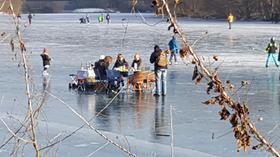 Picknick on Ice: Ein paar Nürnberger, die offenbar voll und ganz auf die Tragfähigkeit des Eises vertrauten, richteten sich auf dem See häuslich ein. Viele wussten gar nicht, dass das Betreten des Eises grundsätzlich verboten ist.