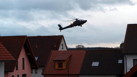 """Anfang vorigen Jahres hatte sich ein Kampfhubschrauber der US–Armee gefährlich nah an Wilhermsdorf gewagt. Nach der Aufrüstung des Flugparcours fürchtet die Bevölkerung mehr Übungsflüge, doch die sollen sich """"nicht wesentlich"""" mehren, heißt es von Seiten der US-Armee."""