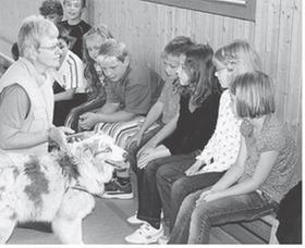 Über Besuch der Hundetrainerin samt Vierbeiner freuten sich die 20 Schülerinnen und Schüler der Klasse 4 der Arberger Grundschule.