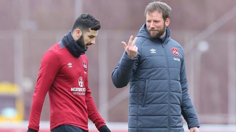 Club-Neuzugang Mikael Ishak (links) bekam bei seiner ersten Trainingseinheit fleißig Tipps von Athletik-Trainer Tobias Dippert.
