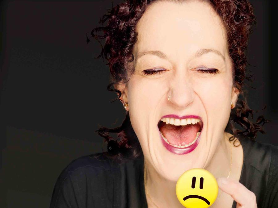 """Die """"kabarettistische Comediva"""" Birgit Süß bittet am 11. Februar im Prechtelsaal """"Schenk mir ein Lächeln""""."""