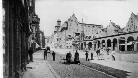 Früher gab es fest gemauerte Kolonnaden auf dem Hauptmarkt. Wäre das wieder eine Möglichkeit, um den großen leeren Platz attraktiver zu machen?