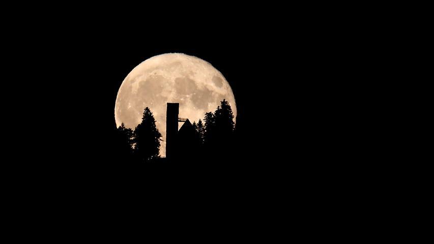 Vollmond über Franken: Am Samstagmorgen gibt es dabei sogar eine Halbschattenfinsternis zu beobachten. Allerdings ist das mit einer totalen Mondfinsternis nicht zu vergleichen.