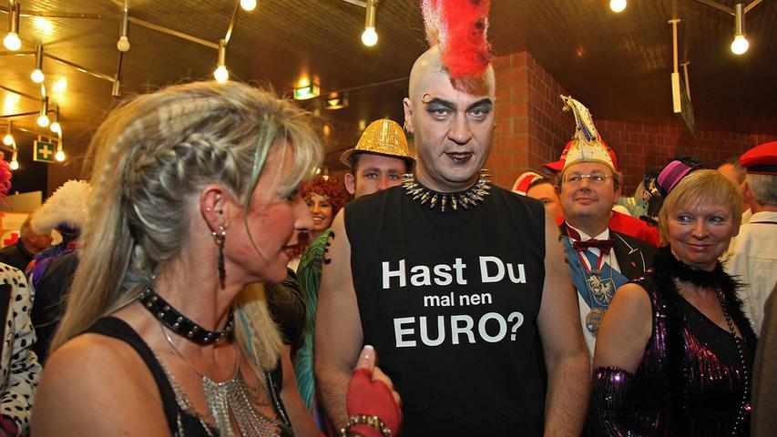 Markus Söder ist bekannt für seine kreativen Faschingskostüme. Was oder wen er in diesem Jahr darstellt, ist noch unklar. Als Punk wird er wohl eher nicht noch einmal zum Frankenfasching fahren.