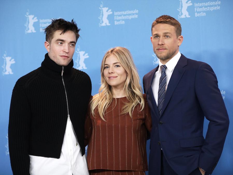 Robert Pattison mit seinen Filmkollegen Sienna Miller und Charlie Hunnam (rechts).