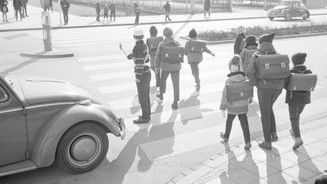 Schülerlotsen sorgen am Zebrastreifen für ein reibungsloses Überqueren der Fahrbahn.