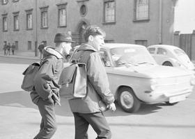 Gefahren für die Schulkinder: hilflos stehen sie am Straßenrand und warten auf eine Lücke...