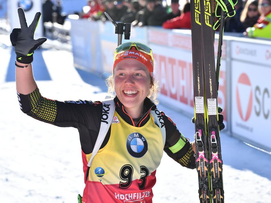 Nach ihrem neunten WM-Rennen in Serie mit einer Medaille: Laura Dahlmeier aus Deutschland jubelt im Zielbereich