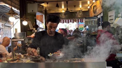 Streetfood auf israelisch: In dieser Garküche dampft es aus der Pfanne.