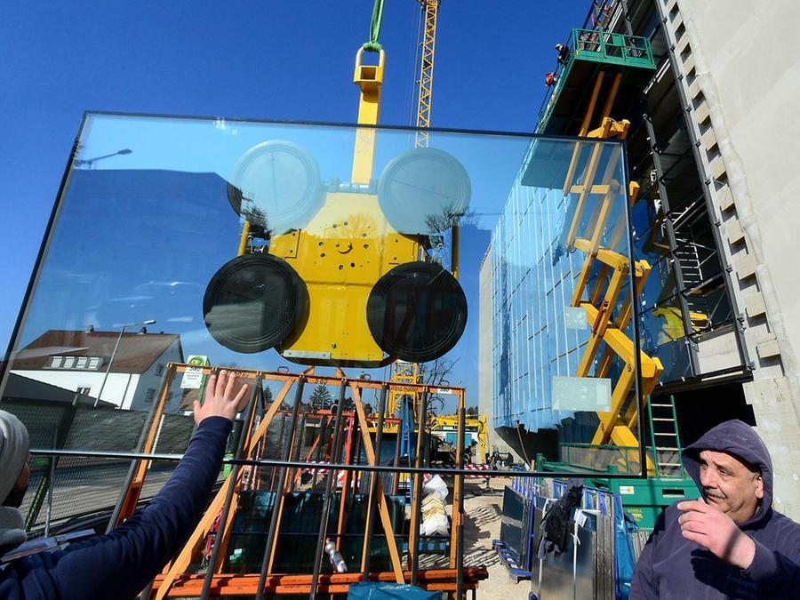 Maxi-Puzzle am Laubenweg: Von Montag bis Mittwoch hat es gedauert, bis die 225 Einzelscheiben platziert und befestigt waren, aus denen sich die Glasfront der neuen Haupttribüne am Laubenweg zusammensetzt.