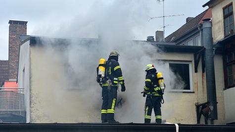 Die Einsatzkräfte drangen über den Durchgang zum Strohalm mit zwei Löschtrupps zum Brandherd vor, während ein weiterer Trupp vom nachbarlichen Hinterhof aus auf das Dach stieg.