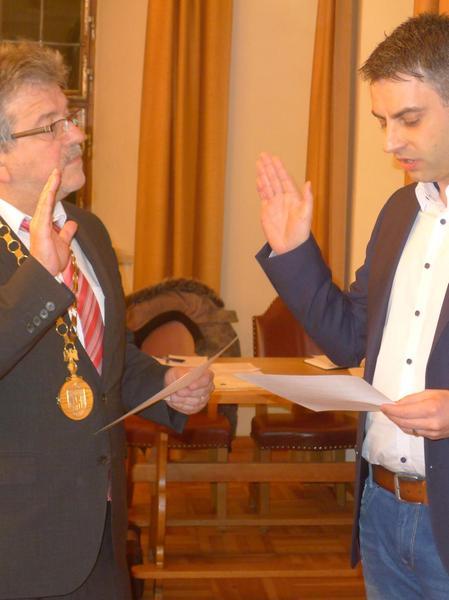 Bürgermeister Preischl vereidigte Manfred Schneider.