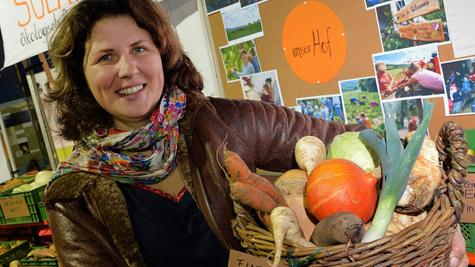 Claudia Dollinger zeigt Gemüse, das für den Handel nicht schön genug ist und daher normalerweise auf dem Müll landet. Sie verteilt jedoch auch dieses Gemüse an die 120 Ernteteiler, die ihren Hof mitfinanzieren.