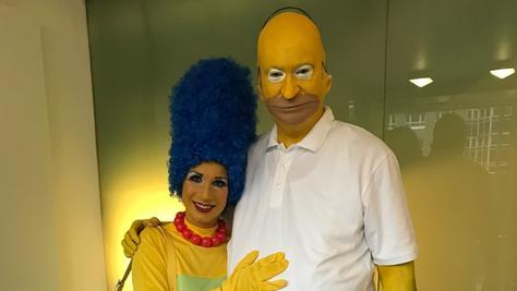 """Homer und Marge: Markus Söder und seine Frau Karin besuchen Veitshöchheim in diesem Jahr als """"Die Simpsons""""."""