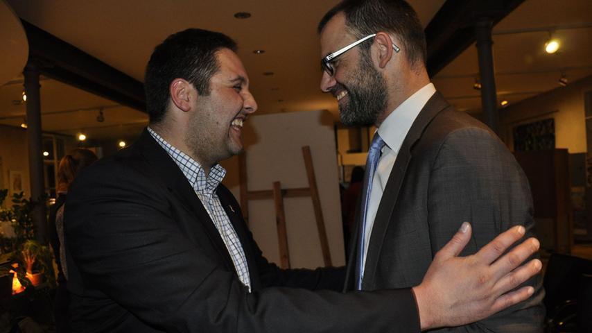Andreas Buckreus (links) gratuliert dem Wahlgewinner und Amtsinhaber Ralph Edelhäußer.