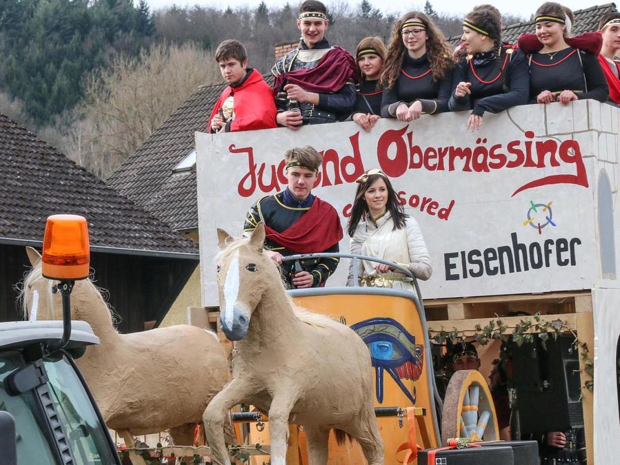 Mit einem römischen Streitwagen zog die Dorfjugend in Obermässing ein.