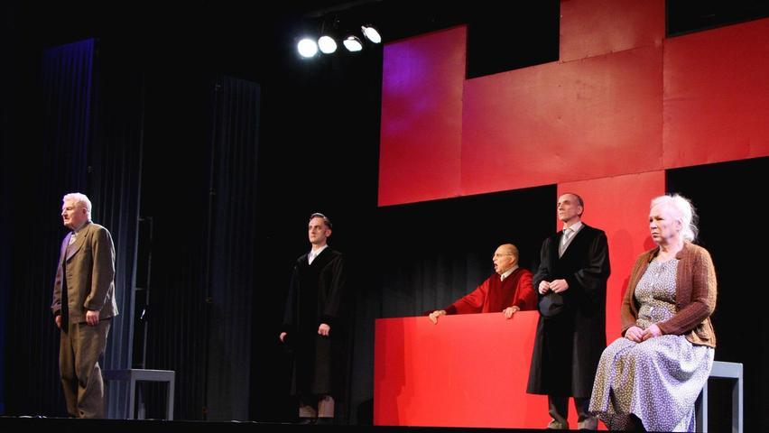 Justiz ohne Gnade: In einer verstörenden Szene wird den Quangels vom Präsidenten des Volksgerichtshofs (Volker Jeck, in Rot) der Prozess gemacht.