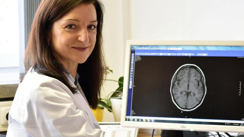 Prof. Regina Trollmann sieht sich den MRT-Befund eines jungen Patienten an. Bei Kindern und Jugendlichen mit MS sind MRT-Bilder oft besonders aussagekräftig.