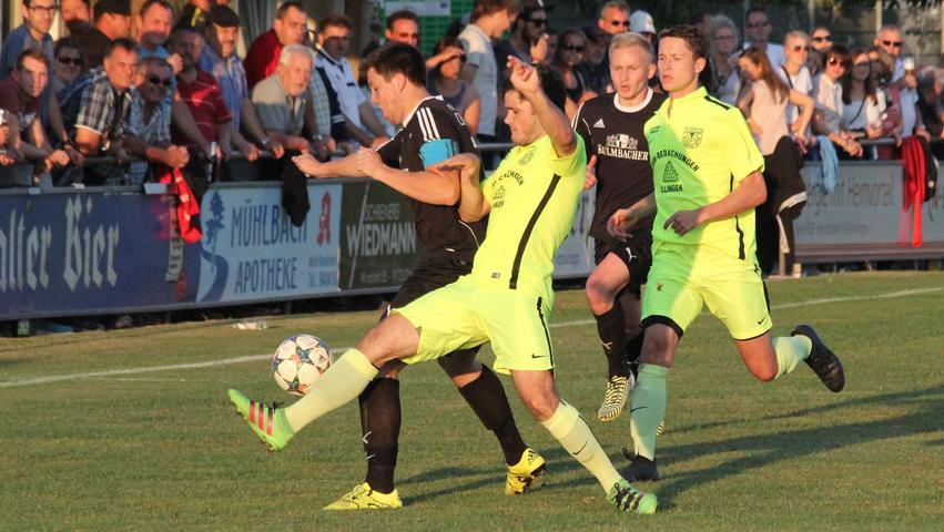 300 Zuschauer sahen in Dittenheim ein 2:2 gegen den TSV 1860 Weißenburg, wo Philipp Unöder (links), Rene Prosiegel (Zweiter von rechts) und die FV-Kicker heute mit einem Sieg einen gelungenen Start hinlegen wollen.