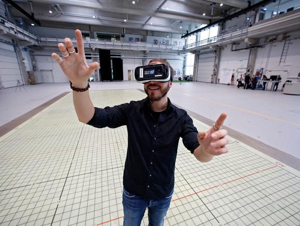 """RESSORT: SamSon..DATUM: 24.02.17..FOTO: Michael Matejka ..MOTIV: Holodeck 4.0 Virtual Reality. Praktikant Emanuel Wiesner probiert ein Spiel mit VR-Brille auf dem Holodeck aus...ANZAHL: 1 von 29..""""Veröffentlichung nur nach vorheriger Vereinbarung"""""""
