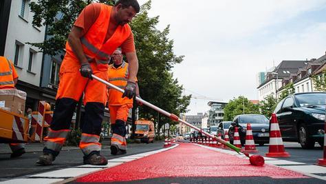 Rote Signalfarbe soll eigentlich in Nürnberg auf alle Radwege aufgetragen werden — heuer wird das aber nur bei neuen Radstreifen passieren.