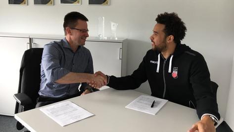 Forward Elias Harris, zuletzt von Verletzungen heimgesucht, bleibt drei weitere Jahre beim deutschen Meister aus Bamberg.