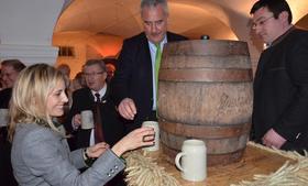 Ein Schlag – und schon floss der Bock: Minister Ludwig Spaenle, assistiert von Katalin Fürstin von Wrede und Braumeister Stefan Mützel.