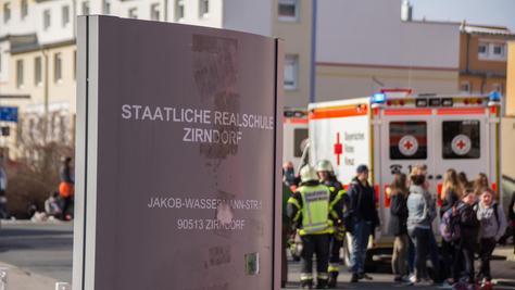 Seitdem sich das Reizgas im Schulhaus in Zirndorf am Montagmorgen verbreitet hat, klagen rund 70 Schüler über Beschwerden.