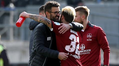 Nach dem Spiel feierte Club-Coach Köllner den Sieg seiner Mannschaft.