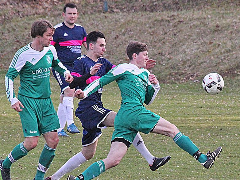 Derby und Spitzenspiel: Der SV Wettelsheim (in Grün) drehte einen 0:1-Rückstand gegen die SG Ramsberg/St. Veit und eroberte mit einem 2:1-Erfolg den ersten Tabellenplatz zurück.