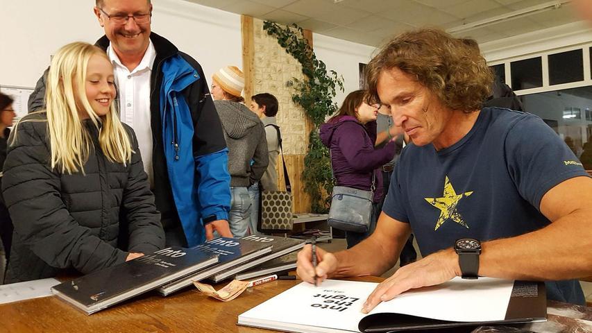 In der Pause seines unterhaltsamen Vortrags in der Boulderia von Mariusz Hoffmann und Walter Mümmler signierte Stefan Glowacz seine Bücher und war auch für einen Plausch zu haben.