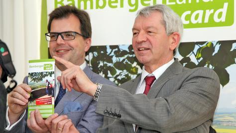 """Bürgermeister Dr. Christian Lange und Landrat Johann Kalb präsentieren die """"BambergerLandCard""""."""