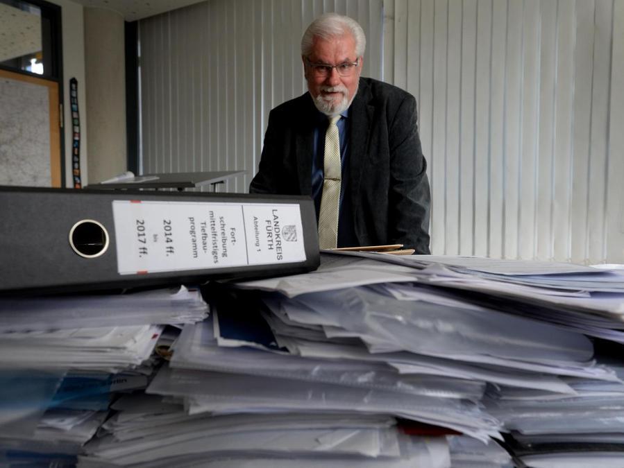 Den aufgeräumten Schreibtisch hat Herbert Reinl nie gepflegt. In den drei Wochen vor seinem Abschied aus dem Landratsamt sind die aussortierten Ordner und Akten auf den Tischen allerdings nicht mehr nur gestapelt, sondern zu Bergen aufgetürmt. Es hat sich einiges angesammelt.