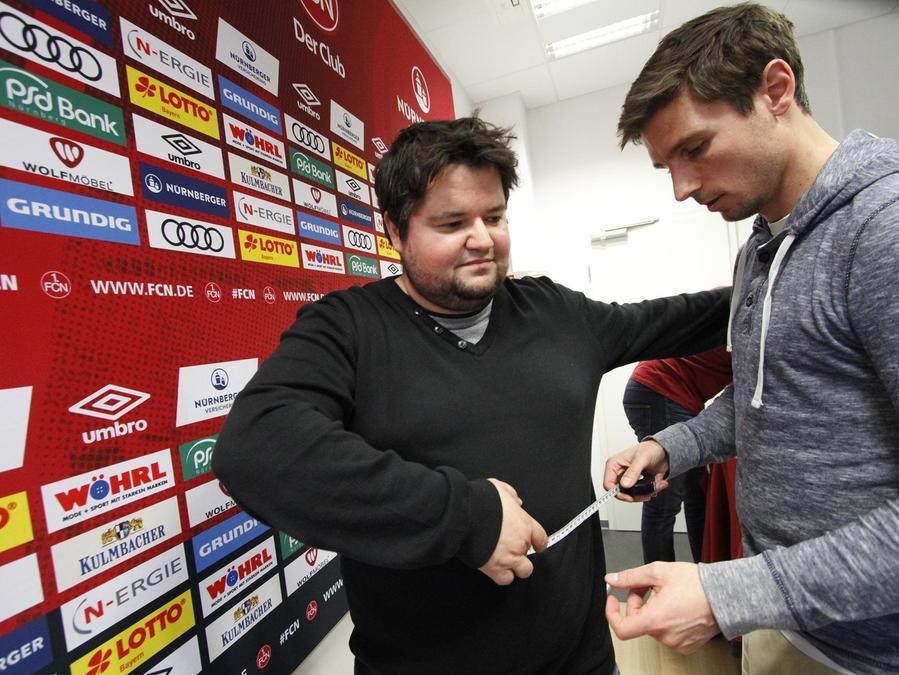 """Benjamin Pietsch (re.) ist gut gelaunt. Der Projektleiter von """"Fußballfans im Training"""" schleppt ja auch nicht so viele Pfunde wie NN-Redakteur Timo Schickler (li.)."""