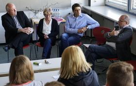 """Der Parlamentarische Staatssekretär Ulrich Kelber (links) diskutierte mit Pegnitzer Mittelschülern und Lehrkräften über Themen wie Datenschutz, Lebensmittel-Kennzeichnung und Wahlmanipulation per """"Social Bots""""."""