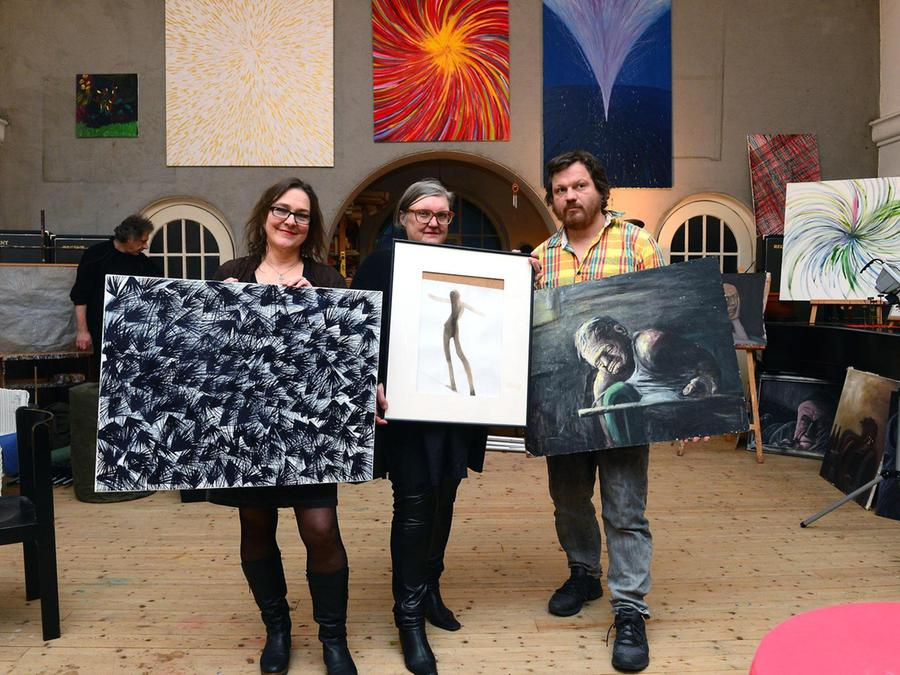 Strichweise hintersinnig, temperamentvoll, melancholisch: Anette du Mont (li.) beim Heimspiel mit ihren Künstlerkollegen Cornelia Effner und Markus Hofmann.
