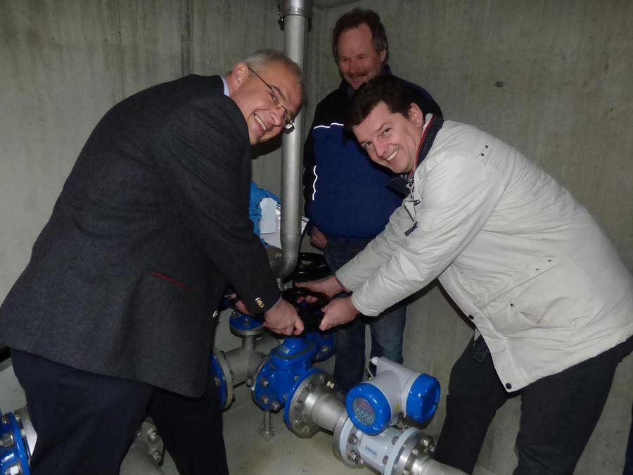 Unter fachkundiger Aufsicht durch Wasserwart Rudi Messingschlager öffnen die Bürgermeister Stefan Frühbeißer und Hanngörg Zimmermann den Schieber zur Wasserlieferung mit Wiesentgruppen-Wasser für Tüchersfeld.