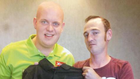 Daniel Fickel (rechts) durfte Dart-Weltmeister Michael von Gerwen schon achtmal bei Turnieren als Spielergast begleiten.
