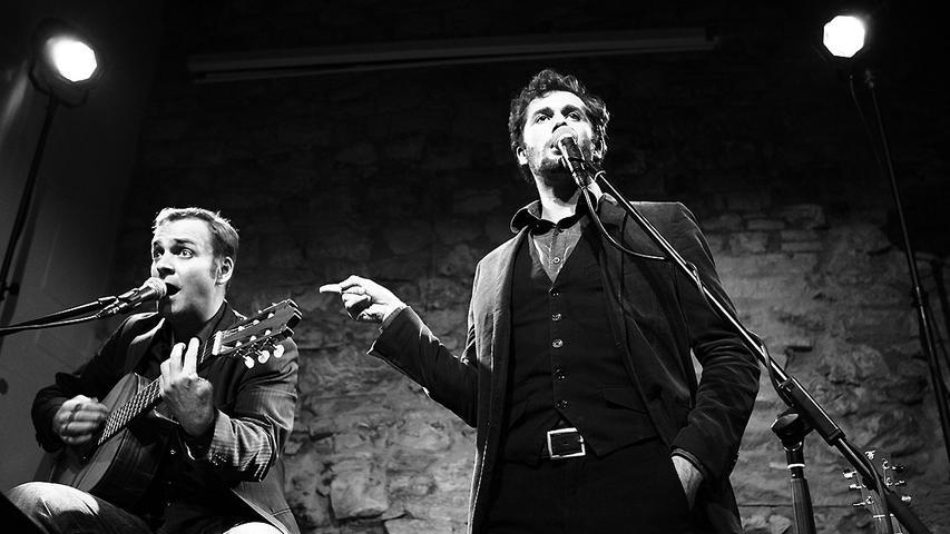 Martin Schmid und Stefan Leonhardsberger legen Musikklassiker neu, ungewohnt und humorvoll auf.