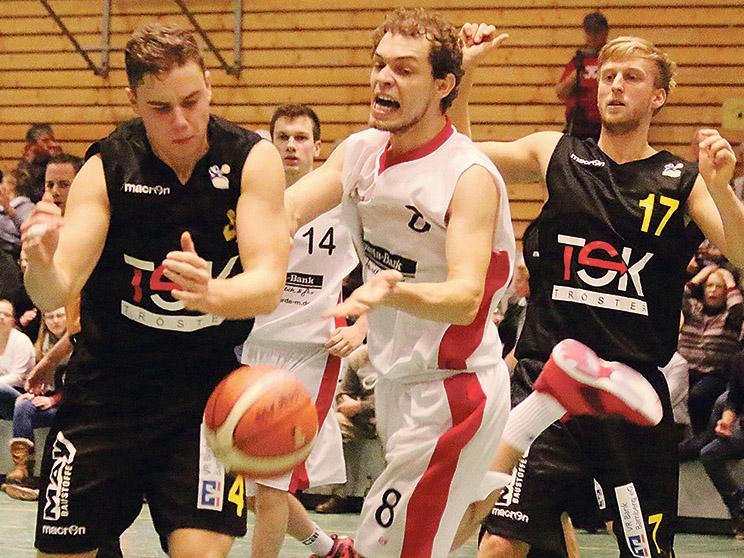 Ein enges, umkämpftes und richtig gutes Hinspiel: Die VfL-Baskets (hier eine Szene mit Simon Geiselsöder) setzten sich in der Vorrunde hauchdünn mit 70:69 gegen Breitengüßbach durch. Und heute im Rückspiel?