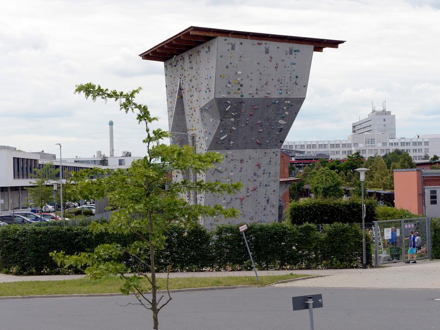 Bei Wartungsarbeiten ist ein Mann am DAV-Kletterturm in Erlangen abgestürzt und hat sich schwer verletzt.