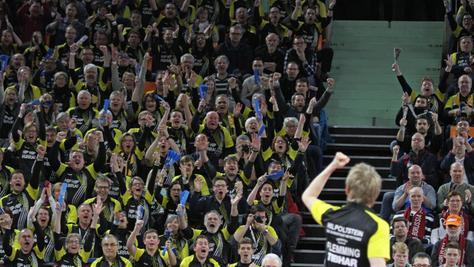 Beim Final Four beeindruckten die Hilpoltsteiner Fans als schwarz-gelbe Wand ganz Tischtennis-Deutschland (Bild). Mit ihnen und einem Riesen-Plakat will der TV die Pokalatmosphäre in die Stadthalle holen.