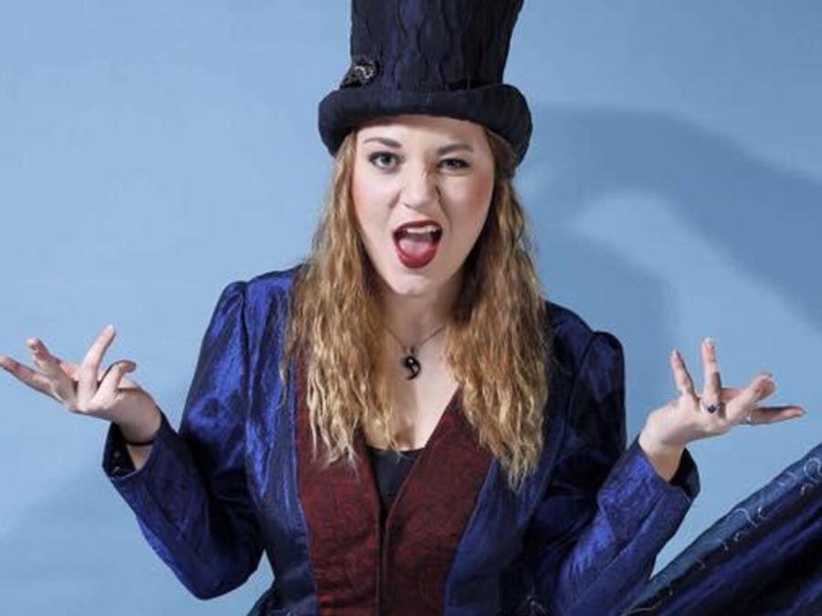 Pauline Klug gibt die verrückte Hutmacherin.