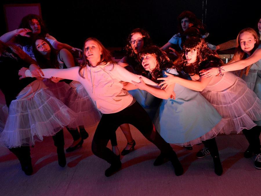 Als Kind im Wunderland? Das war einmal! Im Musical der STS Wachendorf ist Alice (gespielt von der 18-jährigen Sina, Mitte) erwachsen geworden.