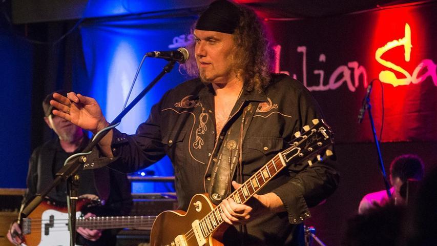 Rory Gallagher und Black Sabbath sind seine Idole: Julian Sas und Band machten sich in Fürth mit enormer Spielfreude ans Werk.