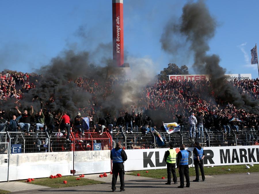 Das wird teuer: Nürnberger Ultras sorgten im Vorjahr in Karlsruhe um ein Haar für einen Spielabbruch.
