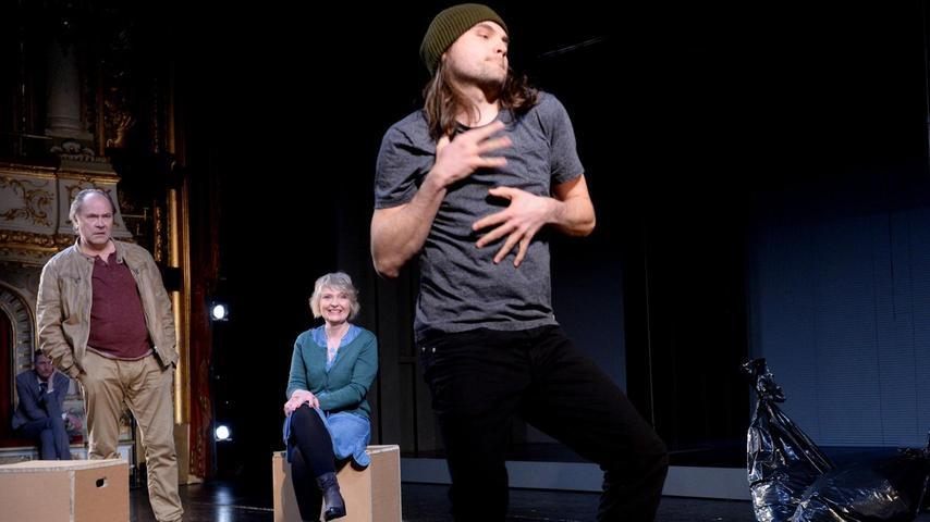 Szene aus der Fürther Inszenierung mit Matthias Kelle als Flüchtling Rodolpho (vorn) sowie Hartmund Volle und Sabine Werner.
