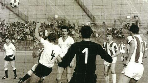 Im Jahr 1964 bestritt Helmut Fürther (2. von rechts) sein erstes Spiel im gestreiften Trikot der Stuttgarter Kickers ausgerechnet gegen seinen Ex-Klub. Im Fürther Tor stand damals Heinz Kraus (1963 bis 1967 beim Kleeblatt).