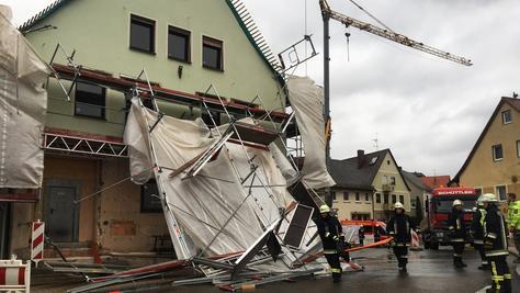 Die Feuerwehr sperrte die Hauptstraße in Wilhermsdorf wegen der herabstürzenden Gerüstteile.